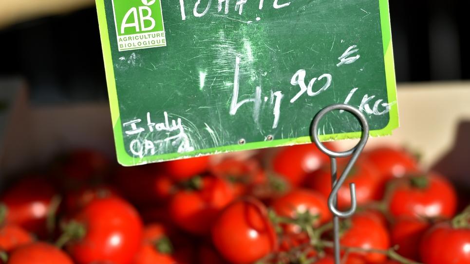 Des tomates bio, ayant le label AB (Agriculture Biologique), vendues sur un marché à Nantes (ouest de la France le 22 décembre 2017
