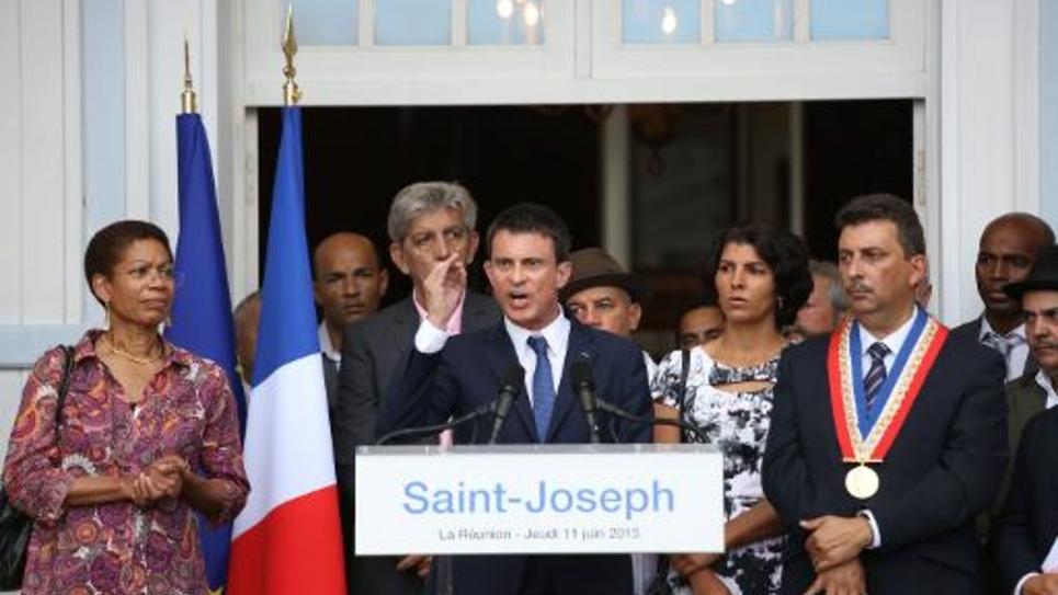 Manuel Valls s'adresse à des habitants de Saint-Joseph, dans l'île de La Réunion, le 11 juin 2015