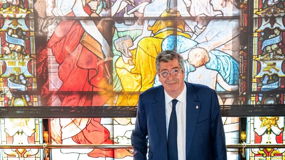 Patrick Balkany devant un vitrail de sa mairie de Levallois-Perret (Hauts-de-Seine), le 1er juillet 2019