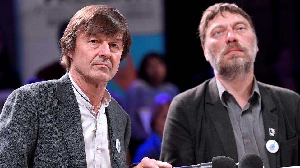 """Nicolas Hulot (g) et le président d'Emmaüs France, Thierry Kuhn, lors du lancement d'un """"appel des solidarités"""" le 23 mars 2017 à Paris"""