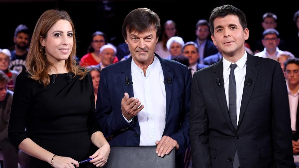 """Léa Salamé et Thomas Sotto entourent Nicolas Hulot sur le plateau de """"L'émission politique"""" sur France 2, à Saint-Cloud (Hauts-de-Seine), le 22 novembre 2018"""
