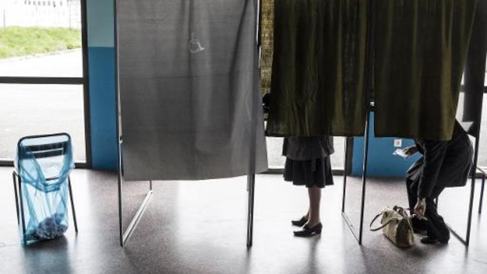 Des personnes votent à Valence pour le second tour des élections départementales le 29 mars 2015