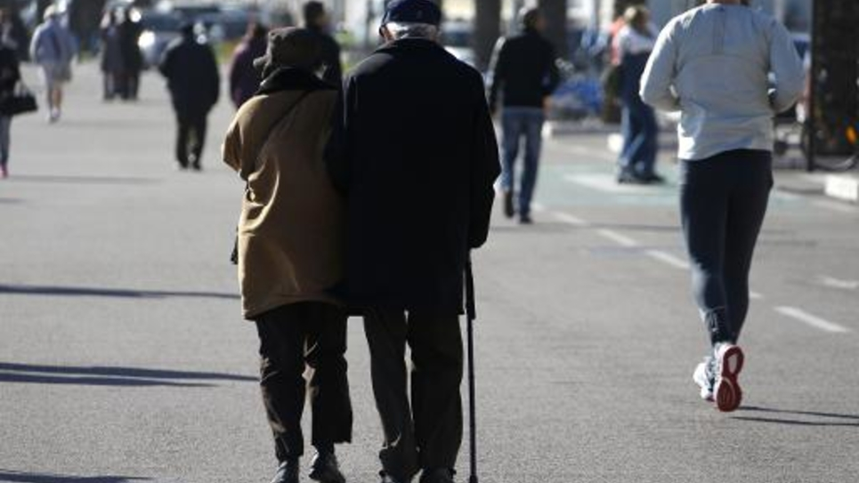 Un couple de personnes âgées dans une rue de Nice