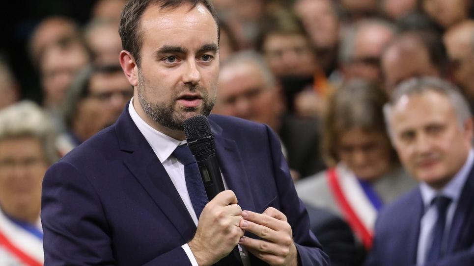 Sébastien Lecornu lors du grand débat à Grand Bourgtheroulde le 15 janvier 2019