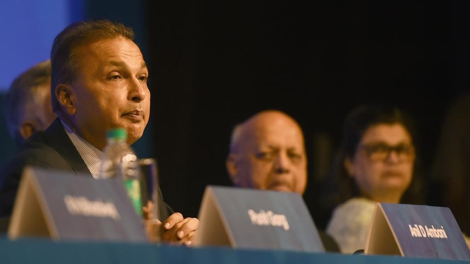 L'homme d'affaires indien Anil Ambani (G), président du groupe Reliance, le 18 septembre 2018 à Mumbai