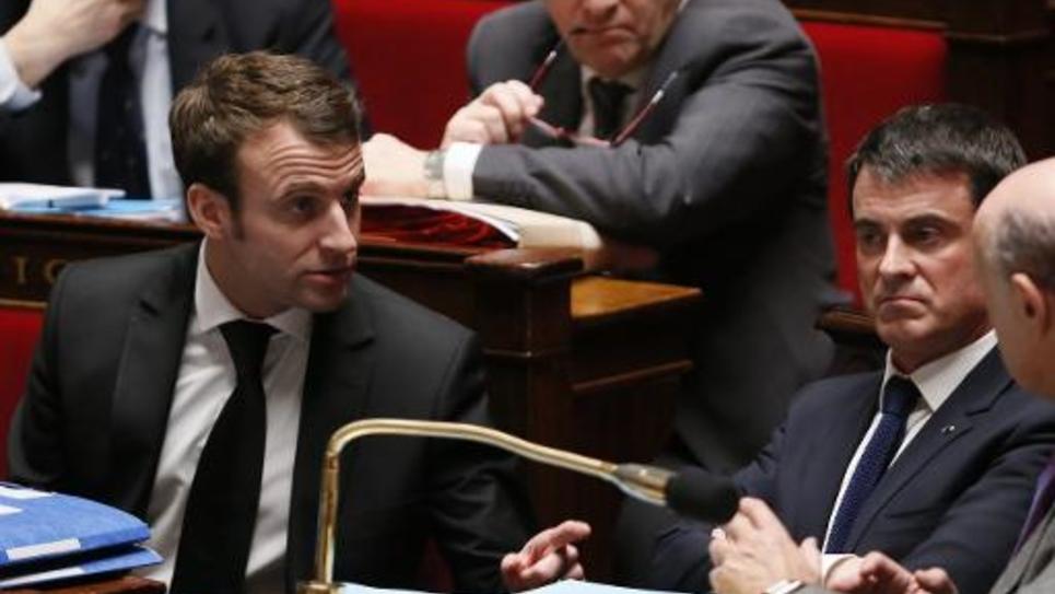 Emmanuel Macron et Manuel Valls lors des questions au gouvernement à l'Assemblée nationale le 17 février 2015