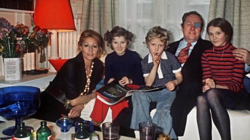 Le président du Front National Jean-Marie Le Pen pose avec sa femme Pierrette et leurs filles, le 1er mai 1974 dans leur appartement parisien. (De g à d): Pierrette Le Pen, Yann, Marine, Jean-Marie Le Pen, et Marie-Caroline.