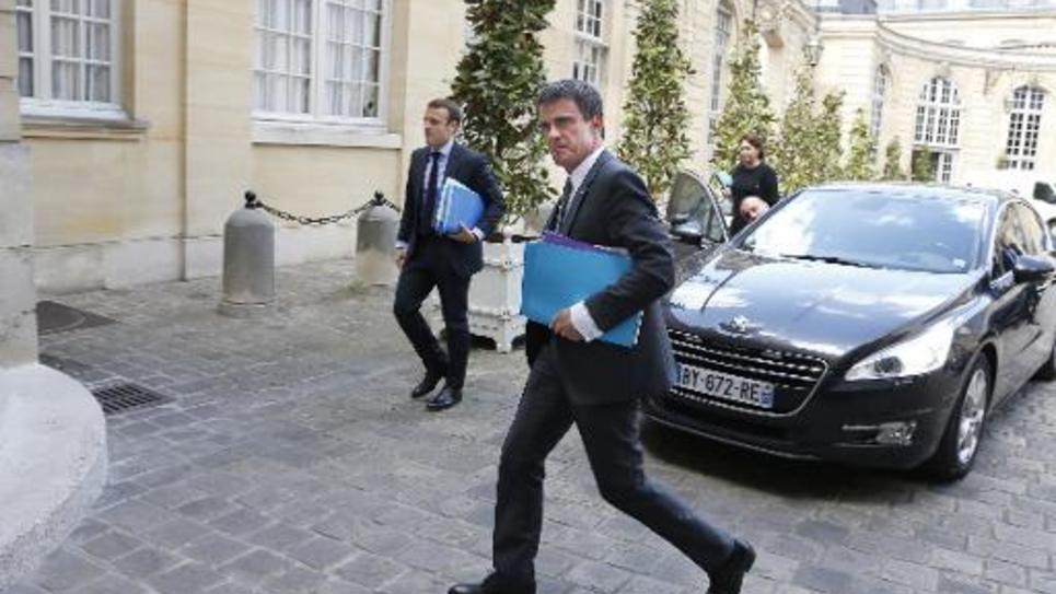 Le Premier ministre Manuel Valls (d) et le ministre de l'Economie Emmanuel Macron arrivent à Matignon, le 1er juin 2015 à Paris