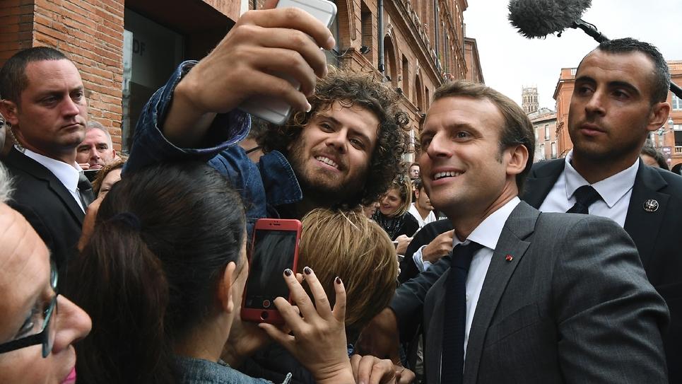 Le président Emmanuel Macron au milieu de la foule à Toulouse, le 11 septembre 2017