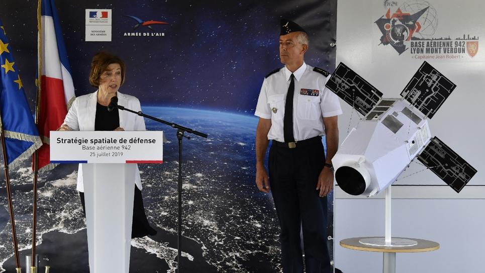La ministre des Armées Florence Parly dévoile la nouvelle stratégie spatiale française, au côté du général Philippe Lavigne, depuis la base de Lyon Mont Verdun le 25 juillet 2019