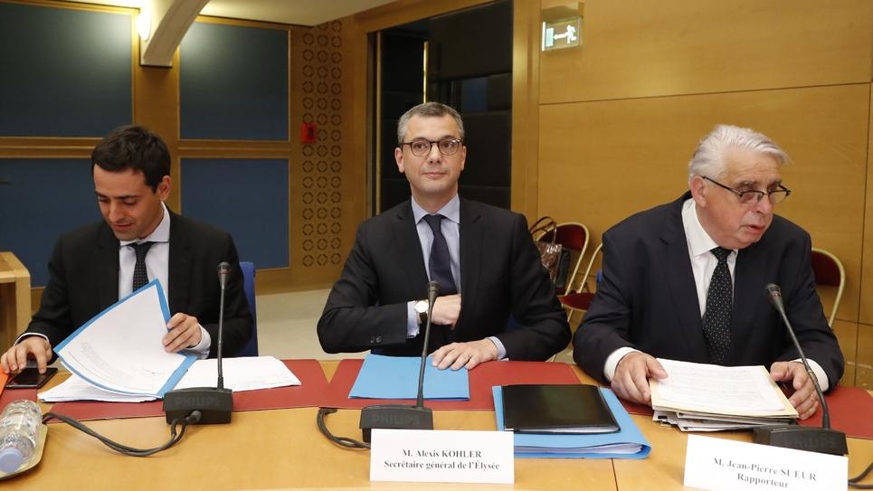 Alexis Kohler (C) aux côtés du sénateur du Loiret Jean-Pierre Sueur (D), devant la commission d'enquête du Sénat le 26 juillet 2018