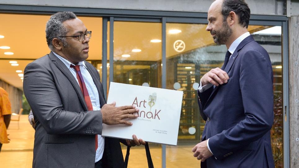 Emmanuel Tjibaou, directeur du Centre culturel Tjibaou à Nouméa en Nouvelle-Calédonie (g) et le Premier ministre français Edouard Philippe le 2 décembre 2017