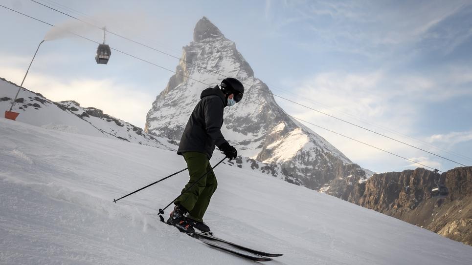 Un skieur portant un masque dévale une pente face au Cervin à Zermatt (Suisse) le 28 novembre 2020