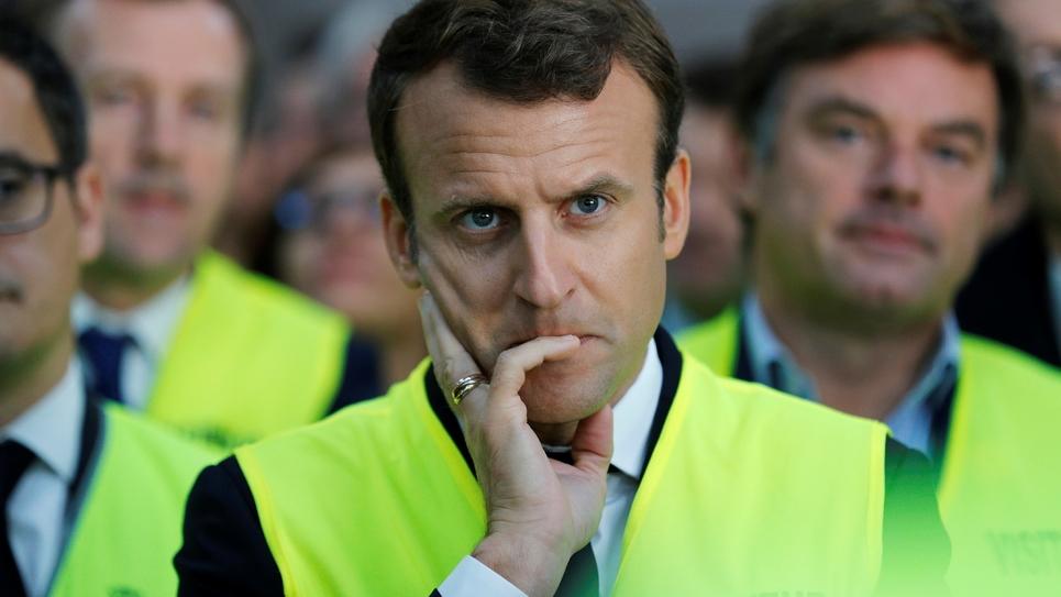 Le président Emmanuel Macron écoute des employés de l'usine Whirlpool d'Amiens pendant une visite du site le 3 octobre 2017