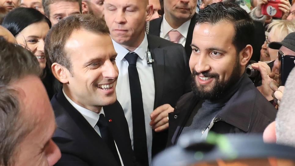 Alexandre Benalla (à droite), accompagne le président français Emmanuel Macron au Salon de l'Agriculture, le 24 février 2018