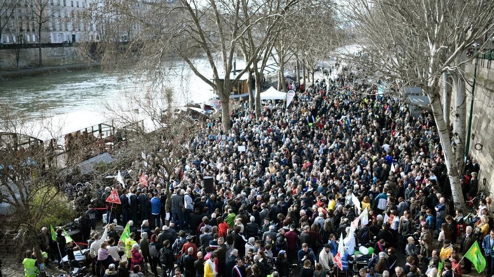 Rassemblement de piétions sur les voies sur berge, dans le centre de Paris pour qu'elles restent piétonnes, le 10 mars 2018