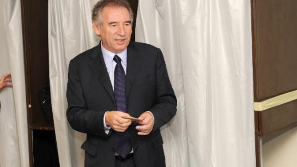 Francois Bayrou sort de l'isoloir pour voter aux européennes le 25 mai 2014 à Pau