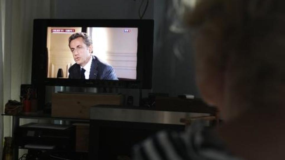 Un écran de télévision montrant Nicolas Sarkozy durant son interview sur TF1 et Europe 1 mercredi 2 juillet 2014
