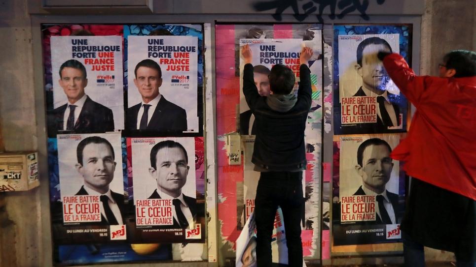 Les affiches électorales de Manuel Valls et Benoît Hamon collées par leurs militants le 12 janvier 2017 à Paris