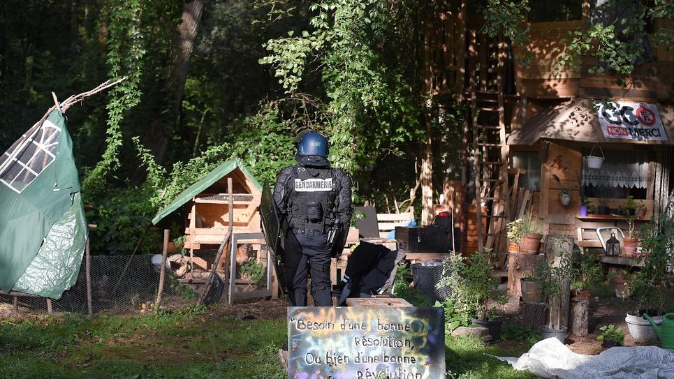 Un gendarme évacue la ZAD sur le tracé d'un projet d'autoroute controversé à Kolbsheim, près de Strasbourg, le 10 septembre 2018