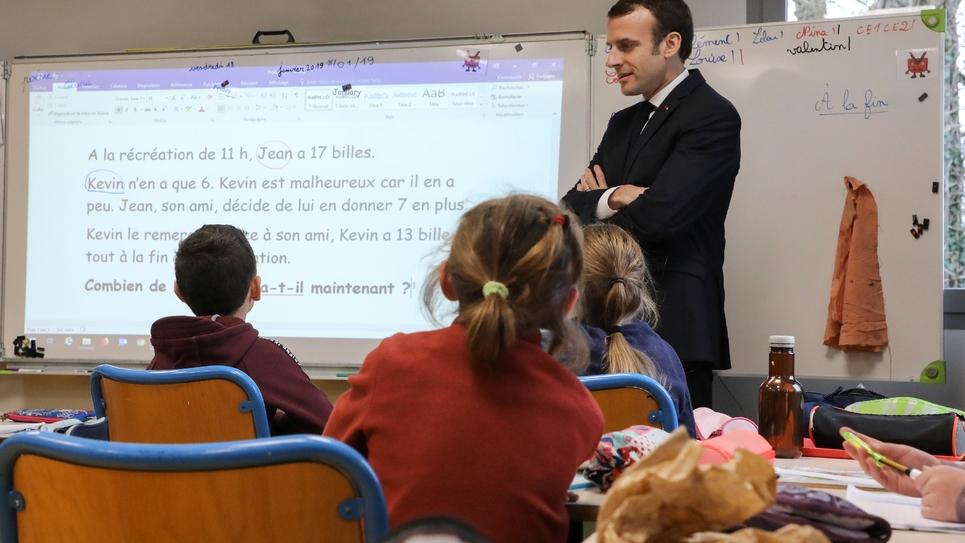 Le président de la République, Emmanuel Macron, lors d'une visite dans une école de Saint-Sozy (Lot), le 18 janvier 2019