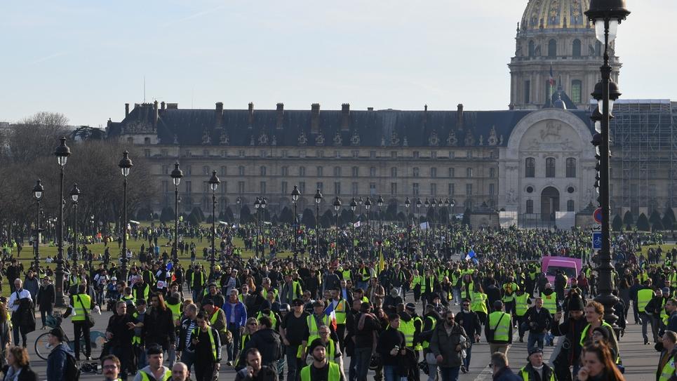 """Le cortège des """"gilets jaunes"""" arrive sur l'esplanade des Invalides à Paris, le 16 février 2019"""