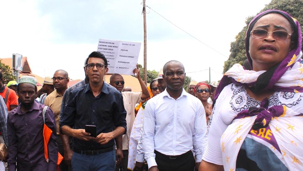 Le député européen Younous Omarjee et le sénateur Thani Mohamed Soilihi participent à une manifestation le 25 septembre 2015 à Mamamoutzou à Mayotte