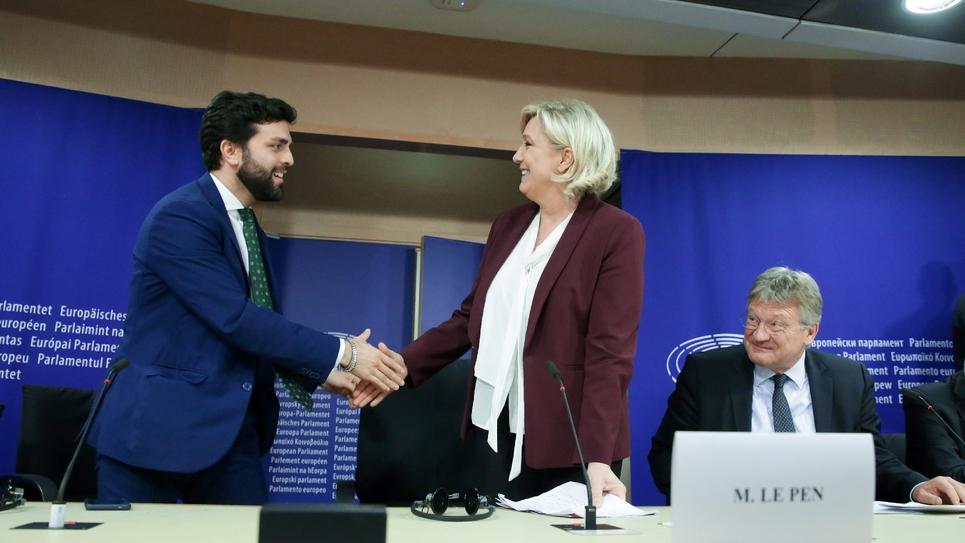 Marine Le Pen (RN) et Marco Zanni, de la Ligue italienne, se serrent la main lors d'une conférence de presse au Parlement à Bruxelles, le 13 juin 2019