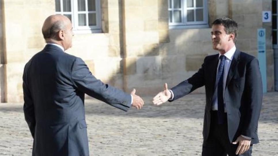 Le Premier ministre Manuel Valls (d) rencontre le maire de Bordeaux Alain Juppé à Bordeaux, le 23 octobre 2014