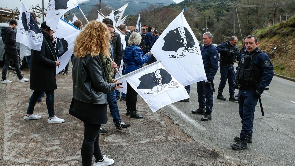 Emmanuel Macron accueilli à Cozzano en Corse par des dizaines de drapeaux corses encadrés par les forces de l'ordre, le 4 avril 2019