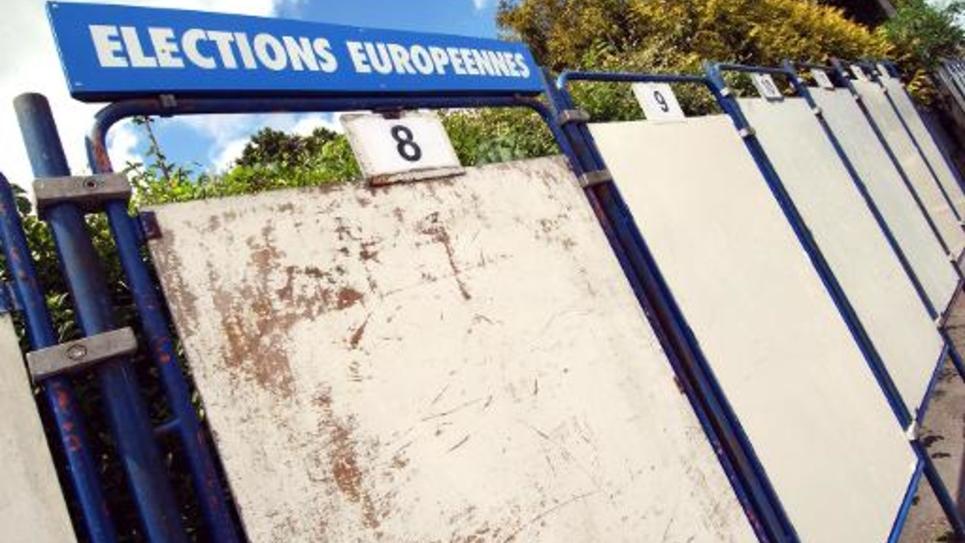 Vue en date du 30 mai 2004  de panneaux électoraux à Caen