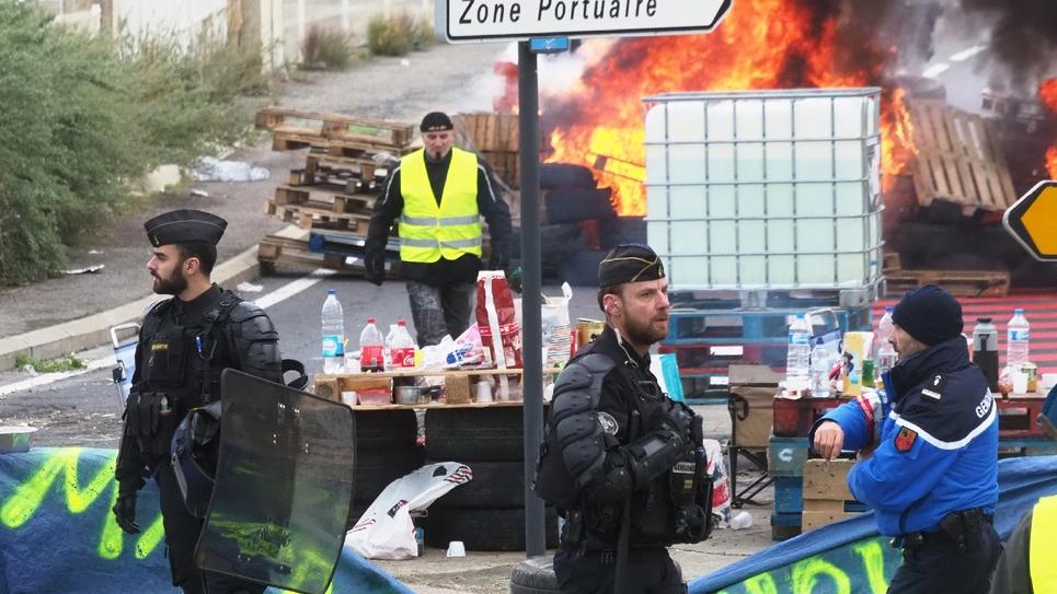 """Des barricades érigées par des """"gilets jaunes"""" à Port-La-Nouvelle, dans l'Aude, le 20 novembre 2018"""