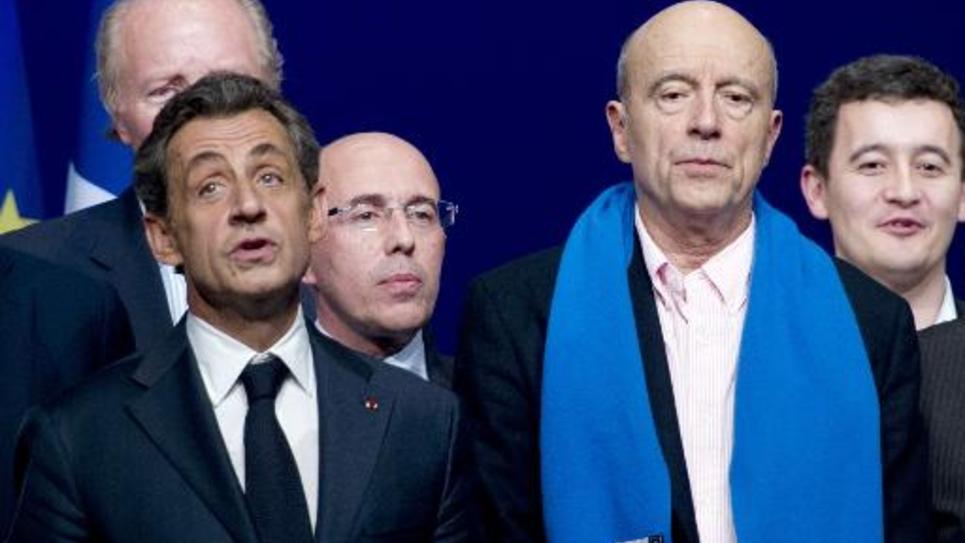 Le président de l'UMP Nicolas Sarkozy (g) chante la Marseillaise aux côtés du maire de Bordeaux Alain Juppé, lors d'un conseil national de leur parti à Paris, le 7 février 2015