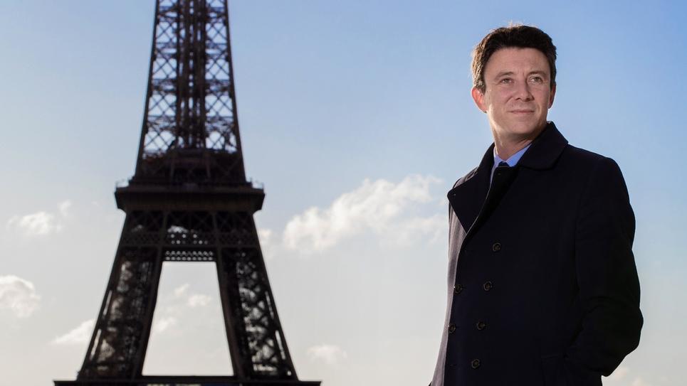 Benjamin Griveaux, candidat LREM à la mairie de Paris, pose devant la Tour Eiffel le 2 octobre 2019