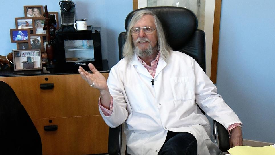 Le professeur Didier Raoult dans son bureau à l'IHU Méditerranée à Marseille le 26 février 2020