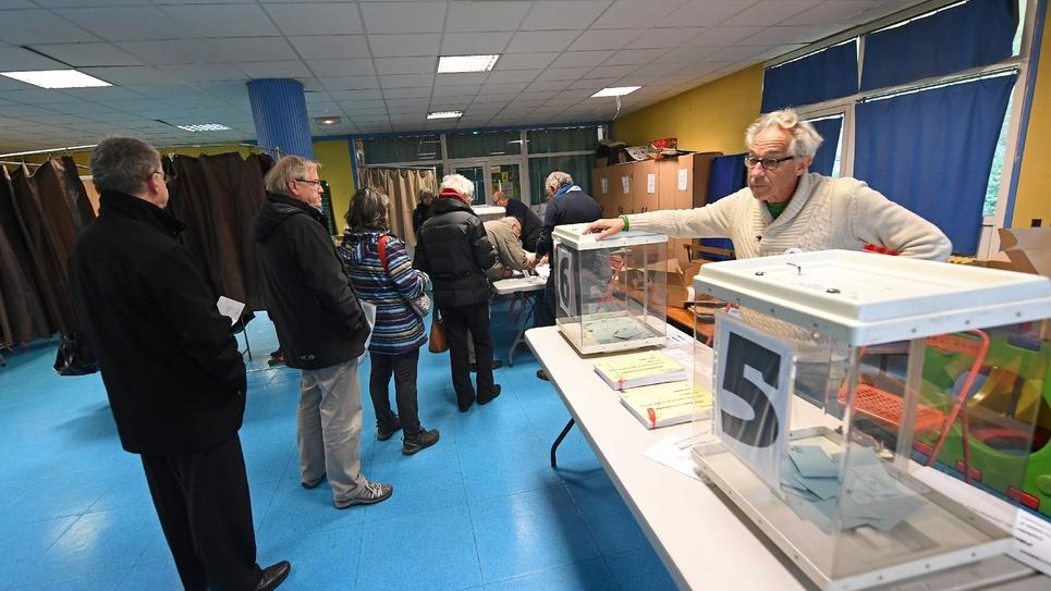 Des votants au premier tour de la primaire organisée par le Parti socialiste, le 22 janvier 2017 à Marseille
