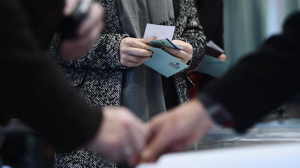 Des électeurs lors du premier tour de la primaire du PS le 22 janvier 2017 à Nantes