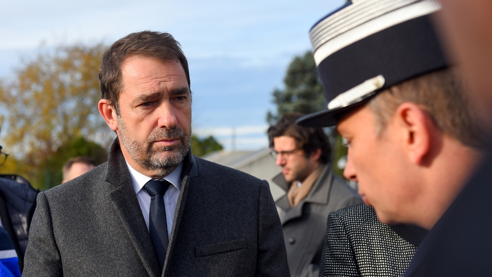 Le ministre de l'Intérieur Christophe Castaner avec des gendarmes au péage de Virsac (Gironde) le 29 novembre 2018
