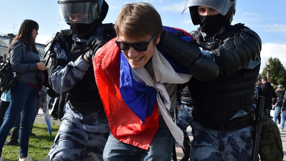 Des membres de la garde nationale russe arrêtent un participant à une manifestation non autorisée appelant à des élections libres dans le centre de Moscou le 3 août 2019