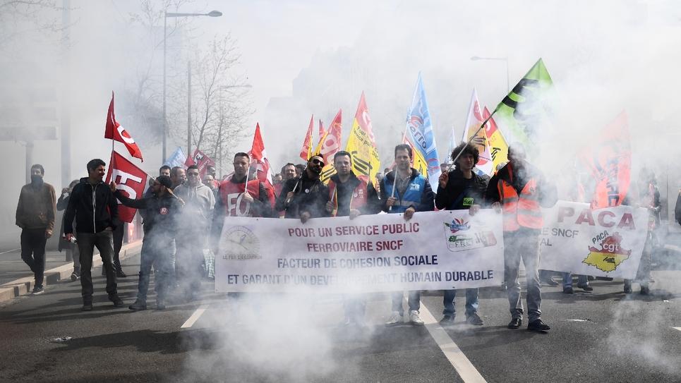 Des cheminots grévistes manifestent à Marseille le 13 avril 2018
