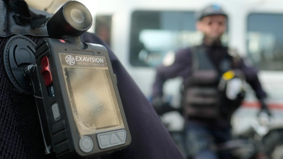Des policiers équipés de caméras-piétons à Marseille, en février 2017