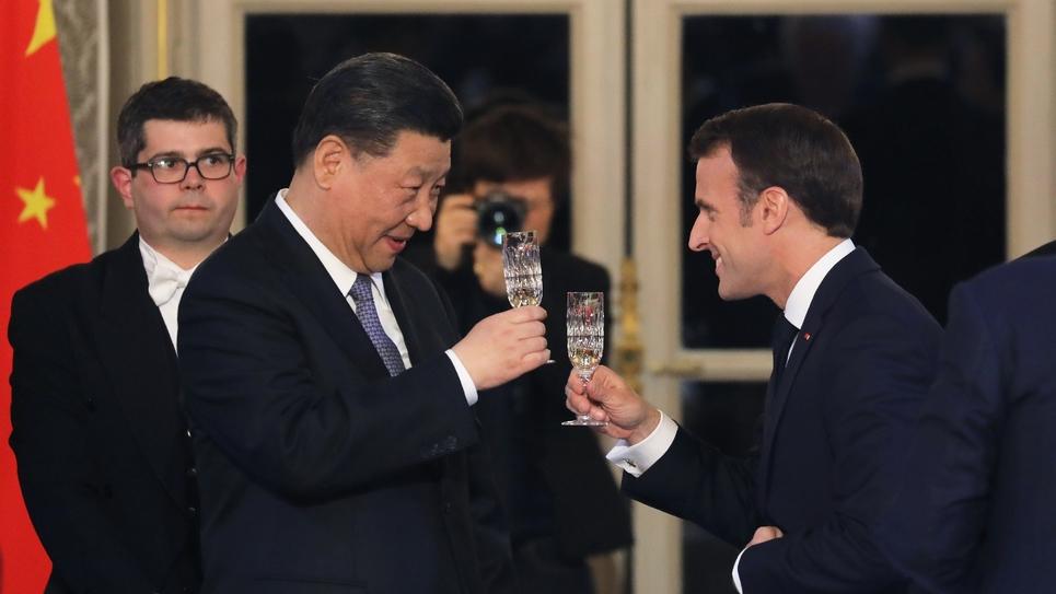 Emmanuel Macron (d) et le président chinois Xi Jinping lèvent un toast, lors d'un diner de gala à l'Elysée le 25 mars 2019