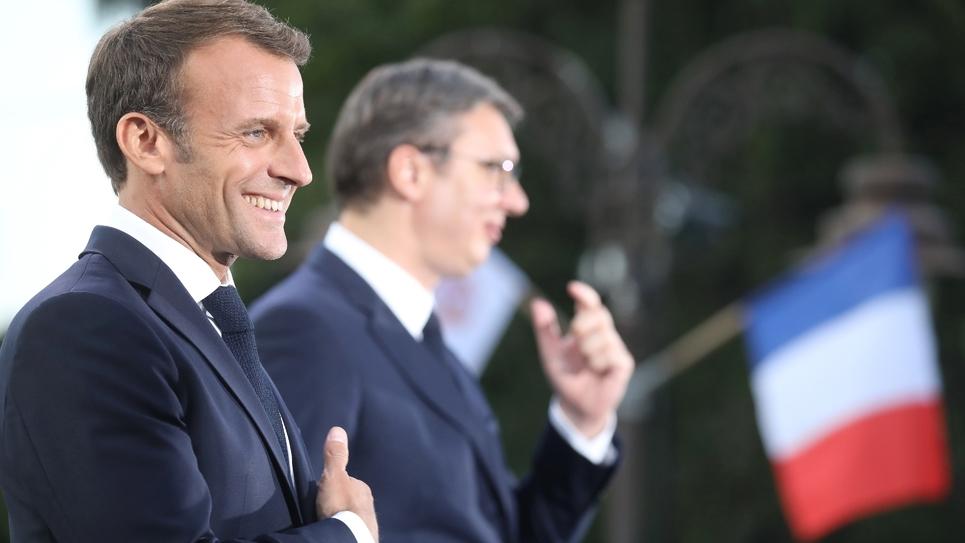 Emmanuel Macron et le président serbe Aleksandar Vucic lors de l'inauguration d'un monument dédié à l'amitié franco-serbe, dans le parc Kalemegdan à Belgrade, le 15 juillet 2019