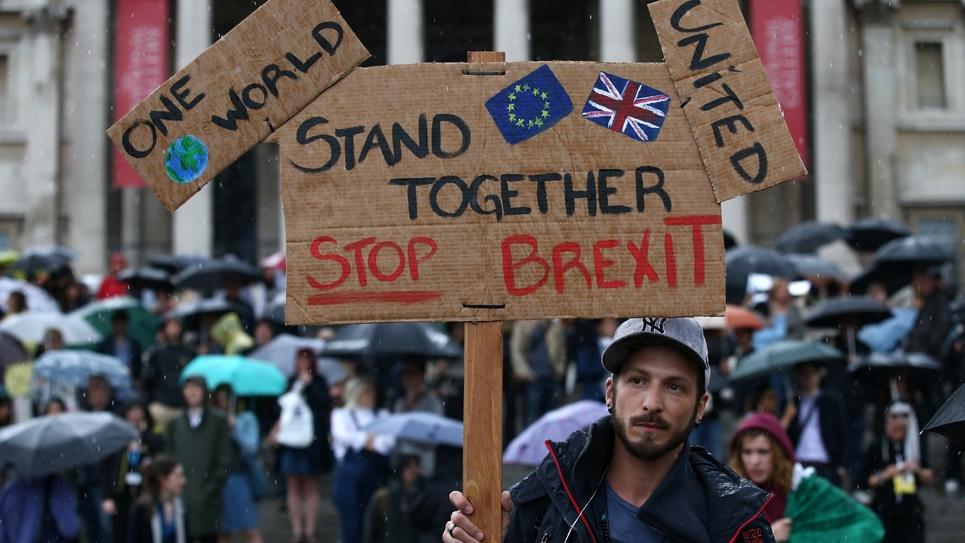 Manifestant anti-Brexit à Trafalgar Square à Londres le 28 juin 2016