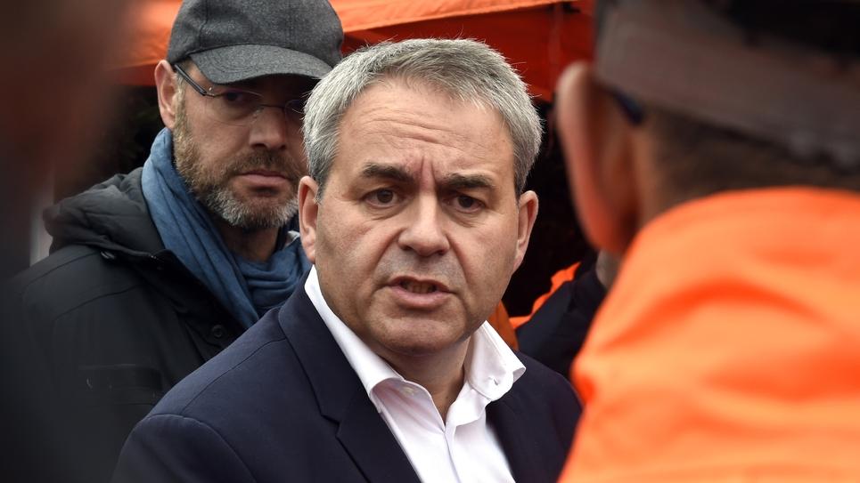 Le président des Hauts-de-France, Xavier Bertrand, parle avec des salariés d'Ascoval, le 25 octobre 2018 à Saint-Saulve