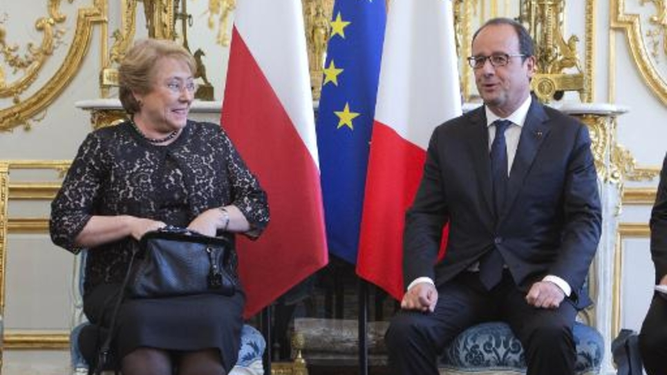 Le président François Hollande reçoit son homologue chilienne Michelle Bachelet au palais de l'Elyséen, le 8 juin 2015