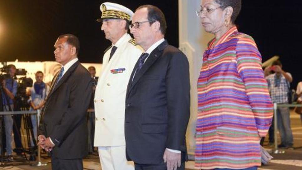 François Hollande entouré du haut-commissaire de Nouvelle-Calédonie Vincent Bouvier (3è à d) et de la ministre des Outre-mer, George Pau-Langevin à l'aéroport de La Tontouta (Nouvelle-Calédonie) le 16 novembre 2014