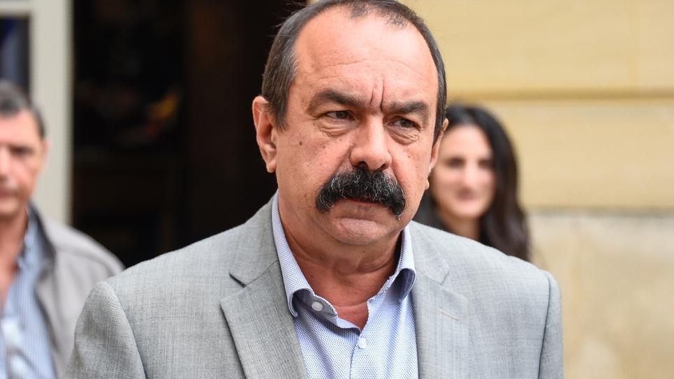 Le secrétaire général du syndicat CGT Philippe Martinez quitte l'hôtel Matignon à Paris après une rencontre avec le Premier ministre, le 24 juillet 2017