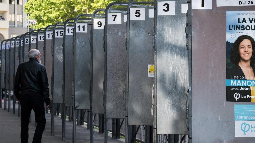 Des panneaux électoraux - en tête, l'affiche de La France insoumise - dans une rue de Paris, le 15 mai 2019