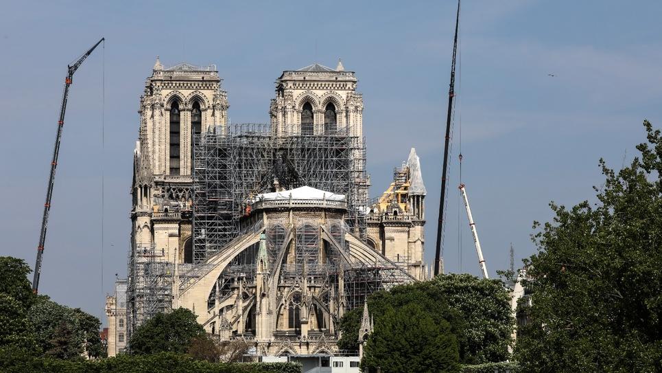 Des échaffaudages installés sur Notre-Dame gravement endommagée par un incendie, le 7 mai 2019 à Paris